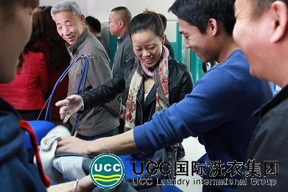陈信强等加盟商在参加总部的技术培训