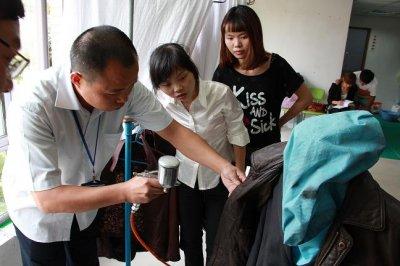UCC加盟商在学习干洗技术